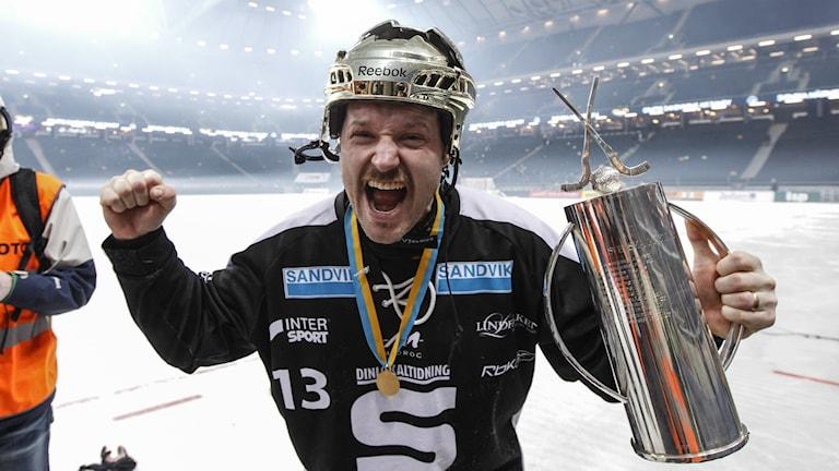 Magnus Muhrén jublar efter SM-guld med Sandvikens AIK.