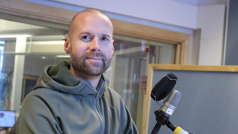 Jesper Anhede i studion.