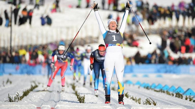 Johanna Hagström går över mållinjen.