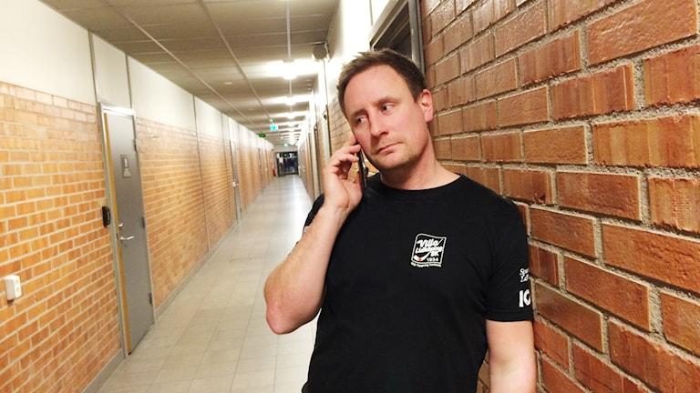 Johan Sixtensson i samtal med Radiosporten när tränarna valde slutspelsmotståndare. Foto:Torbjörn Nilsson/Sveriges Radio.