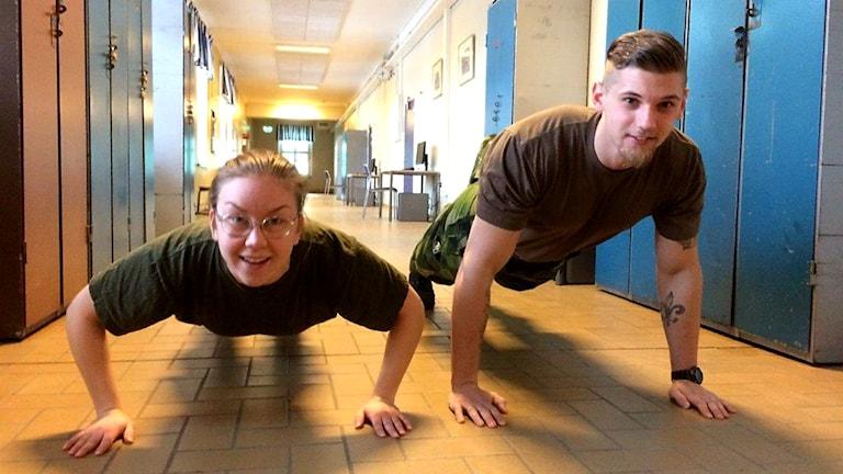 My Jutered och Omar Hajdarevic visar hur man gör armhävningar.