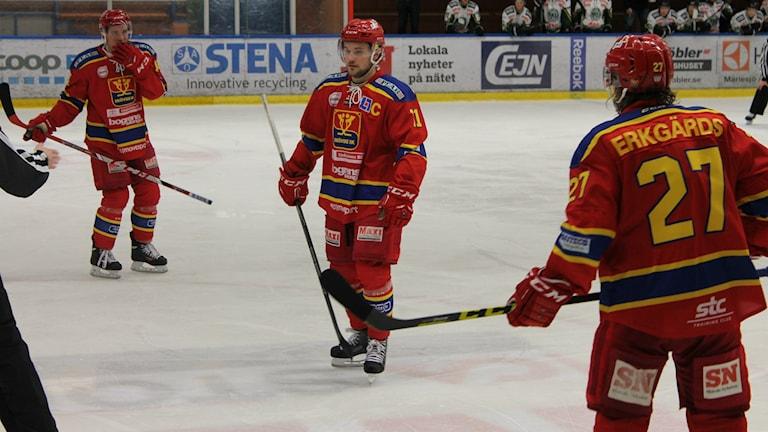 Lagkaptenen Adam Rundkvist (i mitten) gjorde ett av målen när SIK föll i den första slutspelsmatchen mot Tranås.