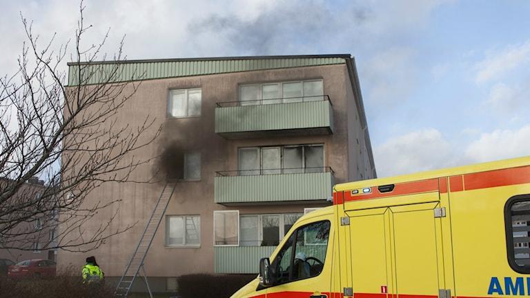 Tre personer räddades via stege från branden i lägenheten. Foto: Torbjörn Axelsson