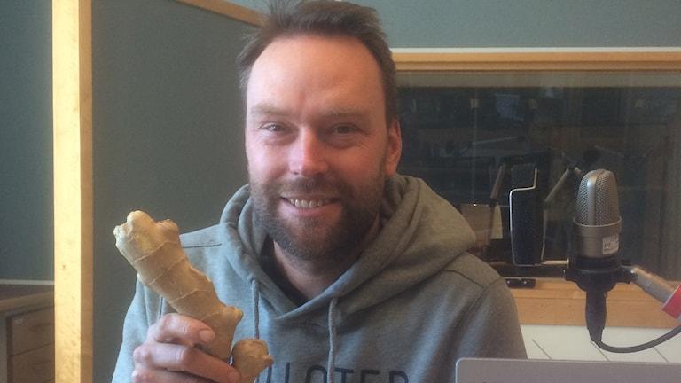 Kocken Mattias Hägg i studion med en knöl färsk ingefära i handen. Foto: Margareta Lilja/Sveriges Radio