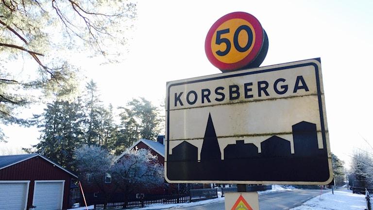 En skylt där det står Korsberga.