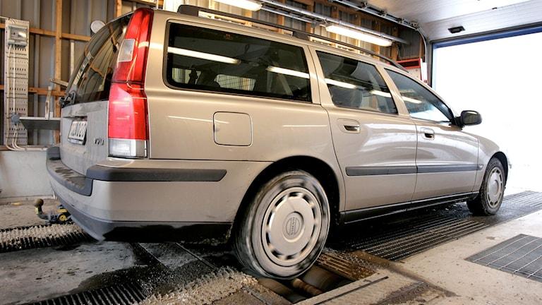 En volvo står och provar bromsar hos en bilprovare.