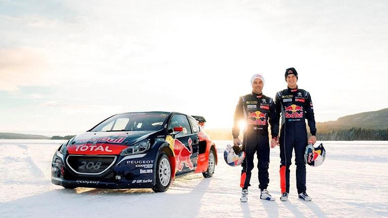 Loeb och Hansen står framför en bil i vinterlandskap.