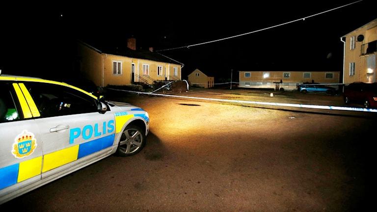 Flyktingboende med polisbil