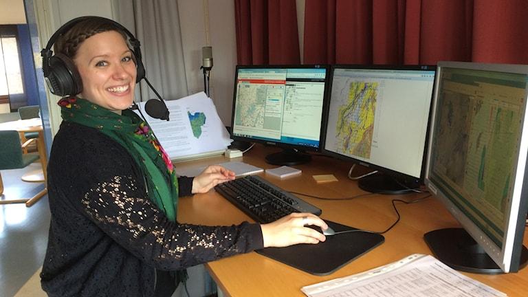 Lovisa Andersson är en av radiometeorologerna på SMHI i Norrköping, här står hon radiostudion inför en sändning.
