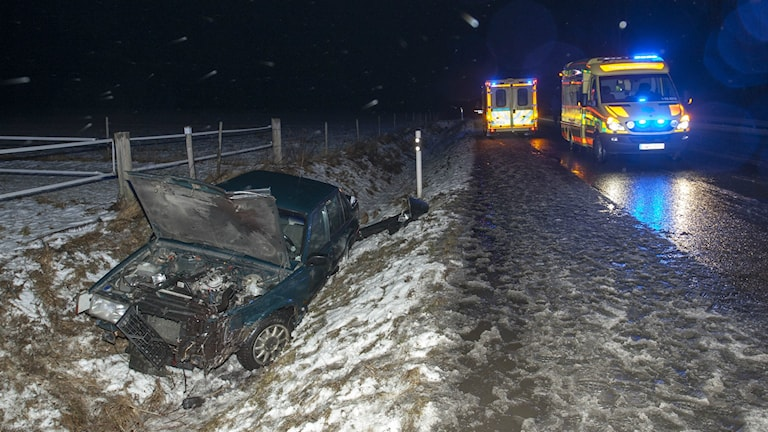 En lastbil och personbil kolliderade på 49:an vid Varnhem och föraren omhändertogs efter olyckan misstänkt för ratt- och drograttfylleri.