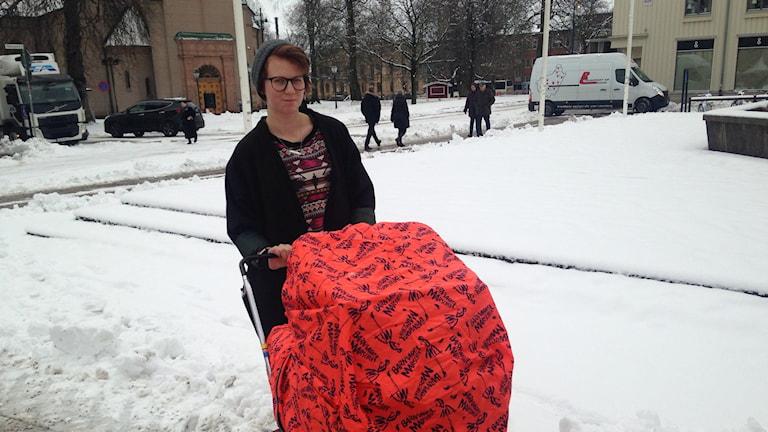 Des Ohlsson står redo med sin barnvagn på torget.