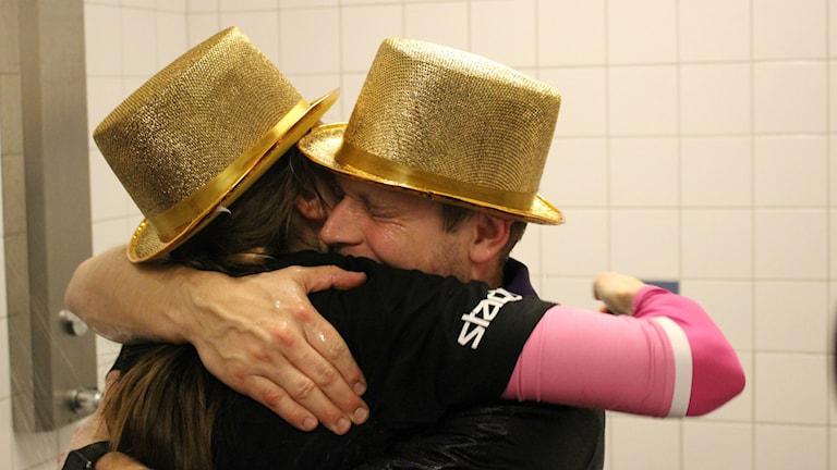 Skara HFs tränare Andreas Johansson kramar en av sina spelare.