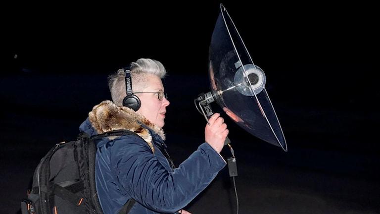 Marthina Stäpel håller upp en ljudkänslig mikrofon.