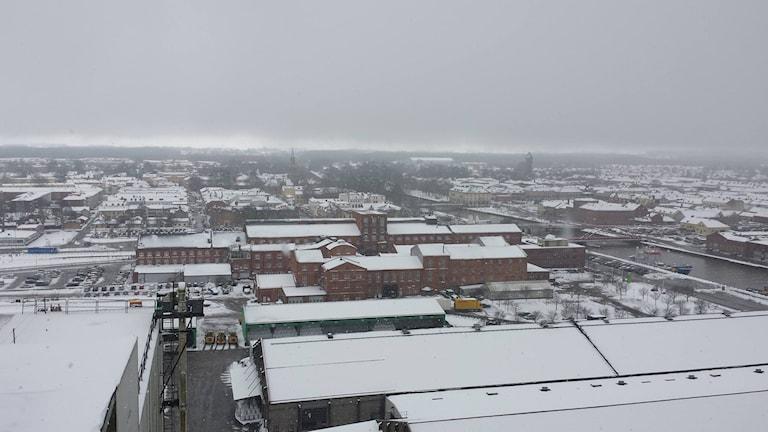 Härlig utsikt över ett snöigt Lidköping.