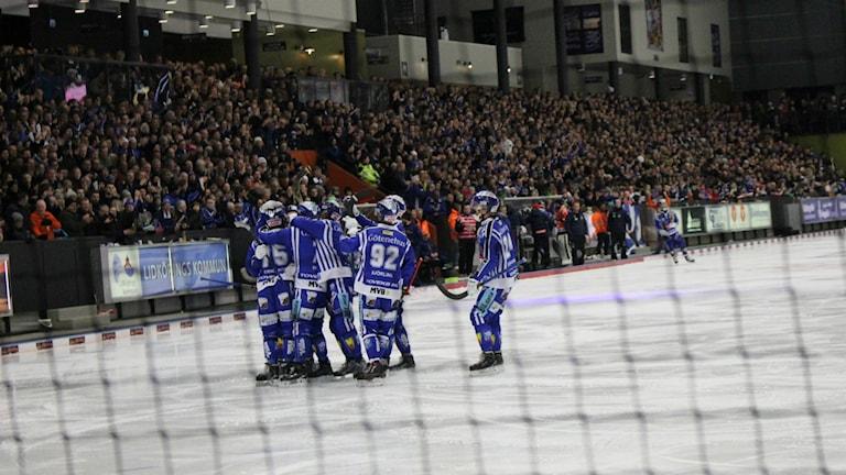 Villa Lidköping jublar efter att David Karlsson spikat slutresultatet till 7-3.