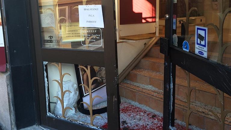 Dörren står öppen och det är glassplitter på golvet efter att entrédörren forcerats med en bil.