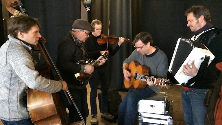 Östen med Resten - Staffan Lindfors, Östen Eriksson, Gunnar Morén, Jens Kristensen och Bengan Jansson testar instrumenten i Mariestad.