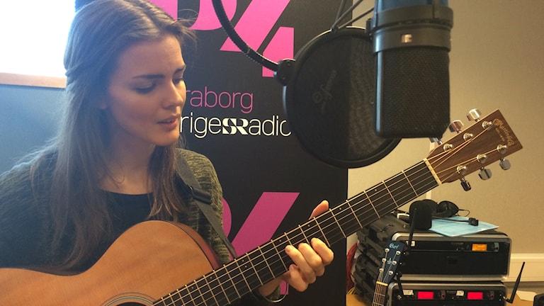 Malin Andersson sjunger sina nya låter.