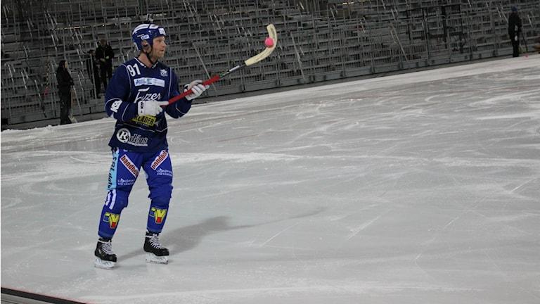 Johan Esplund trixar med en boll.