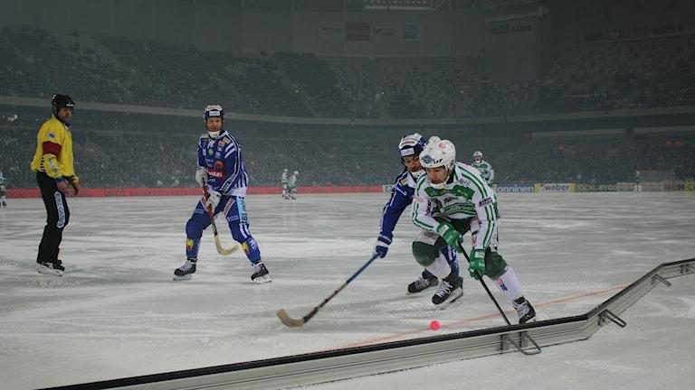 Jesper Eriksson i Villa försöker stoppa en offensiv framstöt från Västerås med Johan Esplund som understöd.