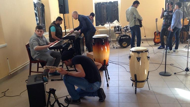 Ungdomar som spelar musik