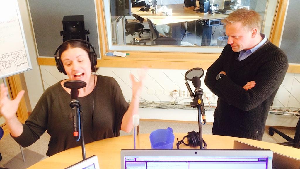 Anders verkar skeptisk till Lindas sånginsats.