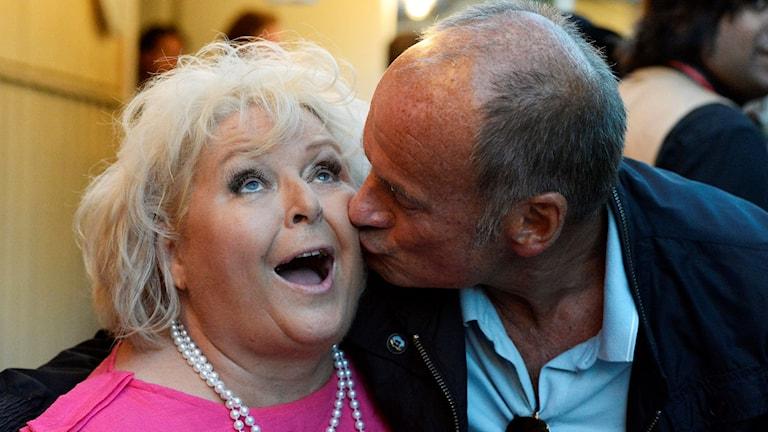 Lasse Holm ger Kikki Danielsson en puss på kinden.