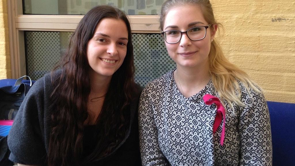 Emi Andersson och Natalie Nord på högskolan i Skövde. Foto: Jenny Josefsson P4 Skaraborg Sveriges Radio