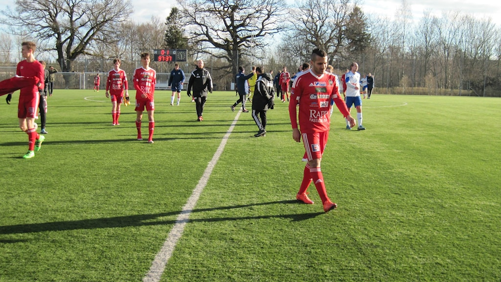 Skövde AIK vandrar av planen efter förlusten. Foto Tommy Järlström P4 Sveriges Radio.