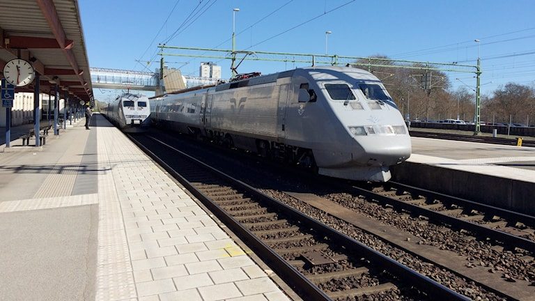 SJ-tåg på västra stambanan i Skövde.