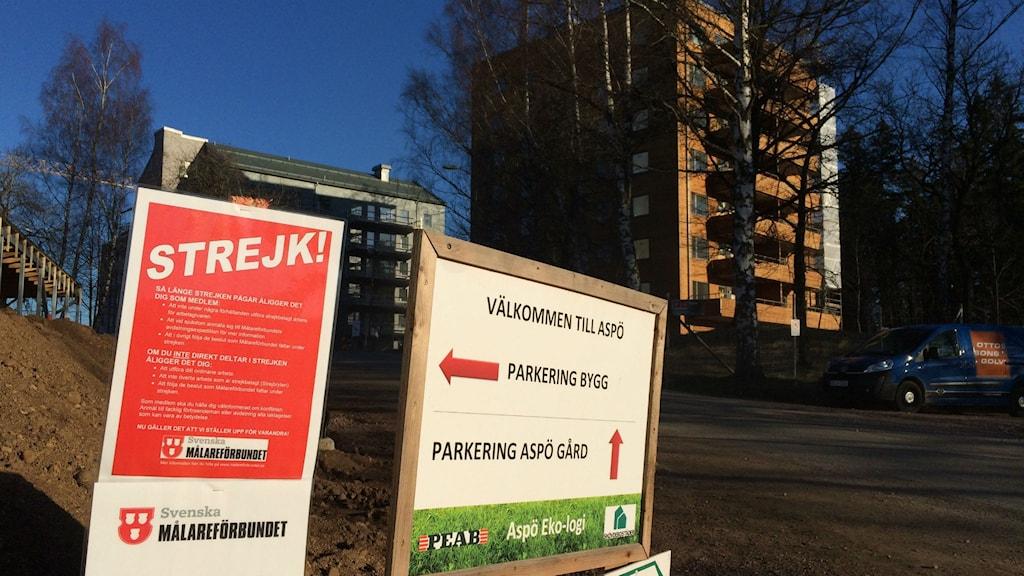 Skyltar på Aspö talar om att det är en strejk på gång. Foto: Mats Öfwerström P4 Skaraborg Sveriges Radio