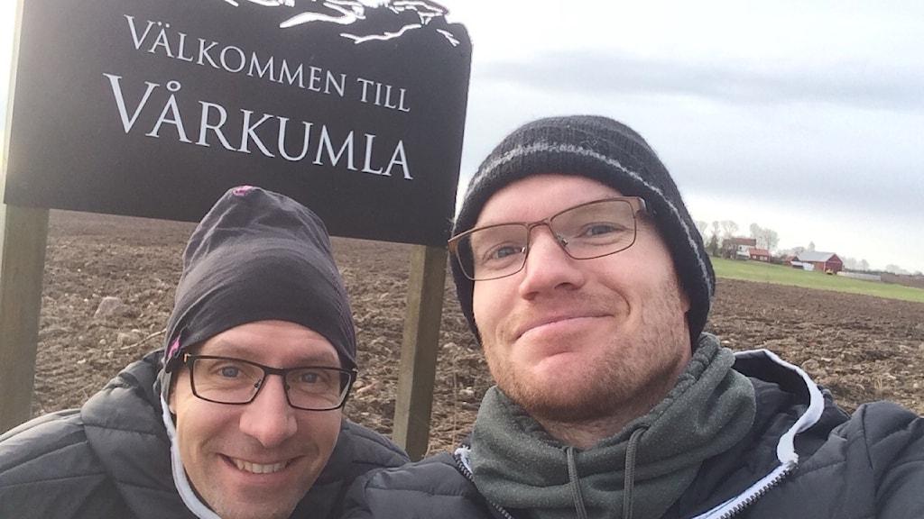 Programledarna Torbjörn Borg och Christopher Johansson i  Vårkumla utanför Falköping.