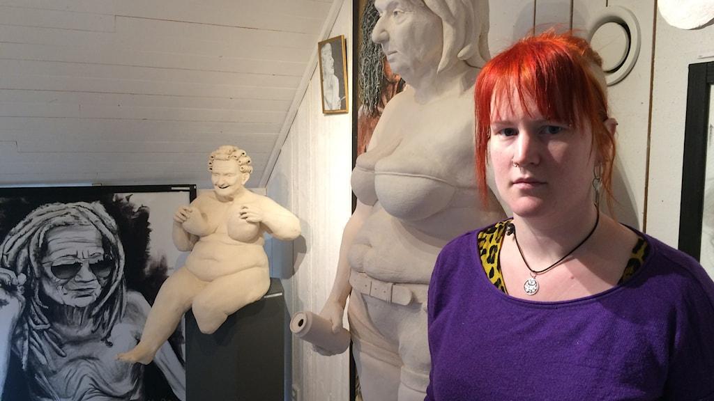 Keramikkonstnären Moa Andersson gör ofta lättklädda tanter.