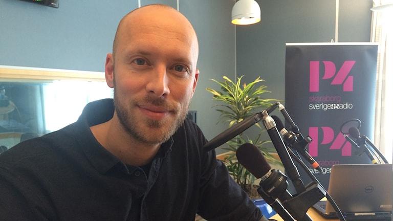 Albin Fredy tittade förbi i Radiohuset under sitt besök hemma i Skaraborg.