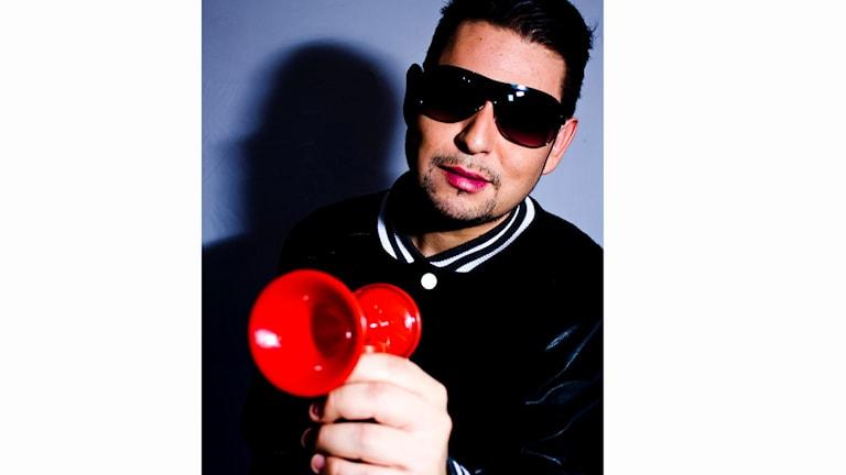 Mr Melo håller i en röd tuta