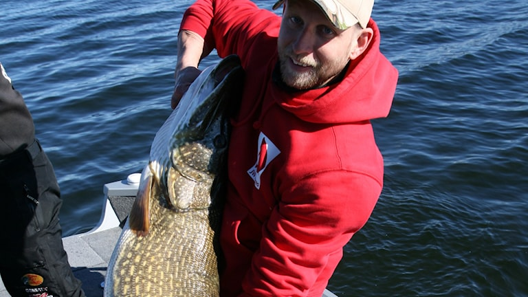 Sportfiskaren Fredrik Johansson med rekordgäddan som vägde 21.07 kg.