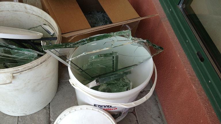 Tjuvarna lämnade krossat glas i sina spår. Foto: Jenny Josefsson/P4 Skaraborg Sveriges Radio