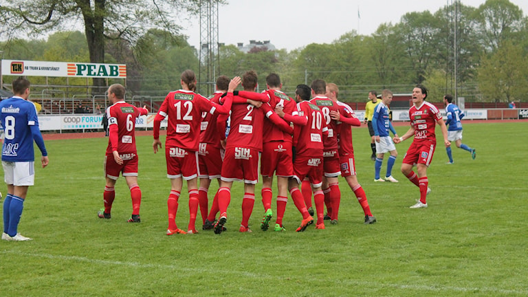 Skövde AIK firar och målskytten Oscar Callerud (2) klappas om.