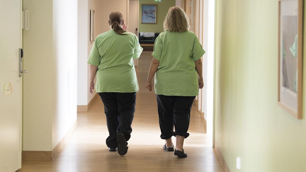 Två undersköterskor på ett äldreboende.