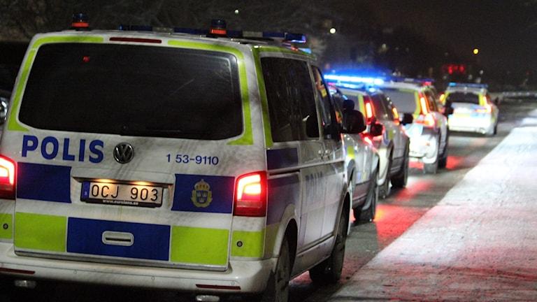 Flera polisbilar på rad i Skara.