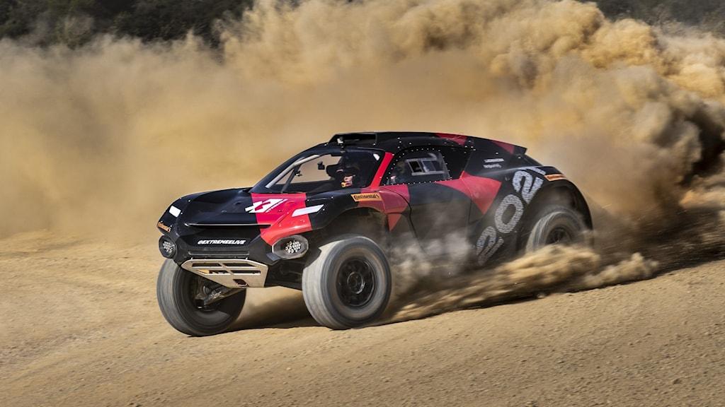 En rallybil kör så att det ryker upp massa grus och damm.