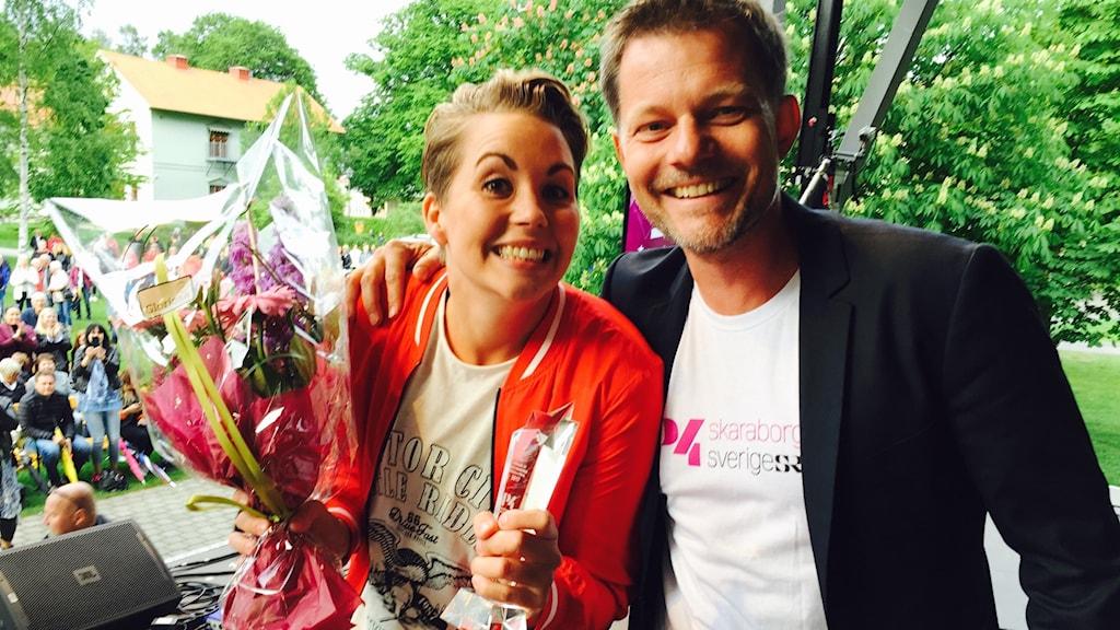 Rebeca gratuleras till vinsten av kanalchefen Calle Sundblad.