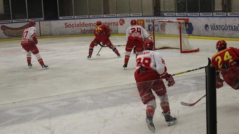 Viktor Jörnevik i Skövde IK har en målchans. Foto Tommy Järlström P4 Sveriges Radio.