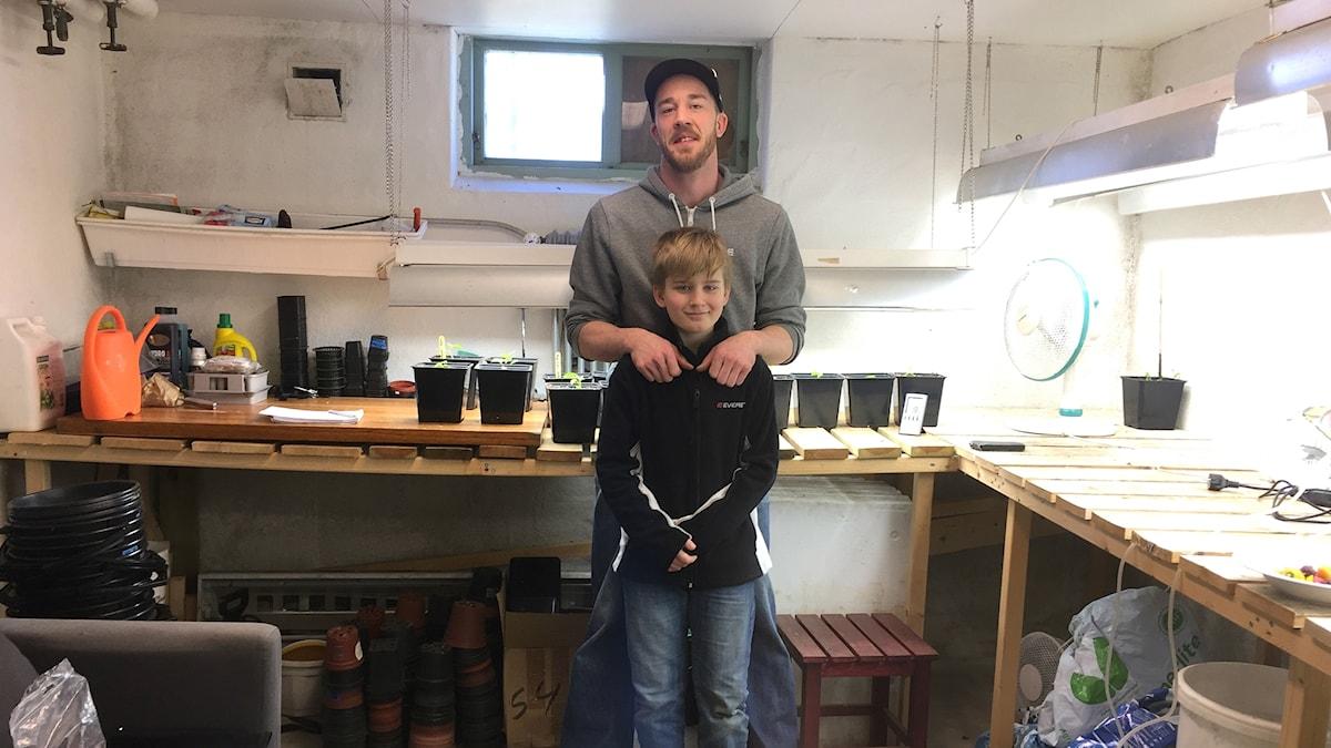 Wiktor Lundgren och sonen Joshua i sin chiligrotta hemma i Mariestad.