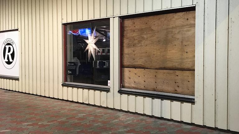 Den krossade rutan har ersatts med en plywoodskiva.
