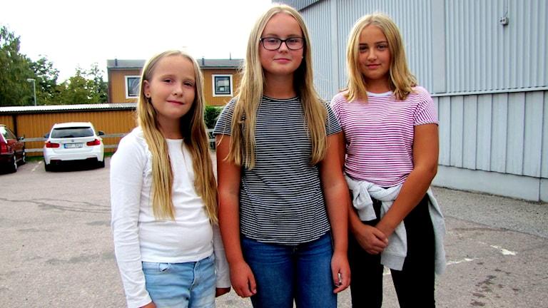 Tre unga tjejer utanför en mataffär, Thelma Rös, Agnes Björklund och Alva Lindström