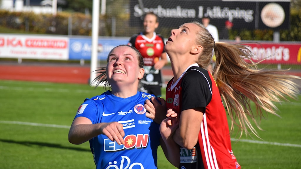 Spelare i kamp om fotboll