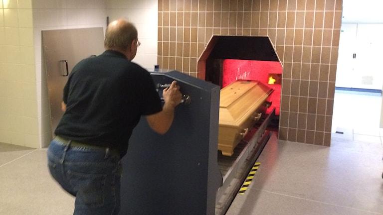 En kista förs in i ugnen vid krematoriet i Skövde.