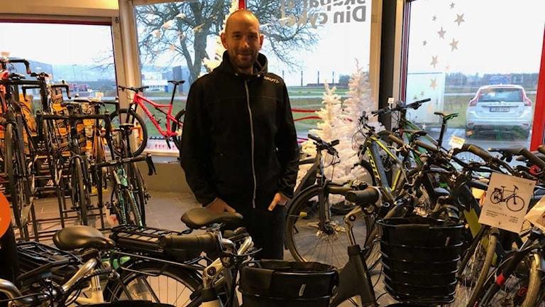 Petter Sandelin på Racerdepån har märkt att intresset ökat för elcykeln.