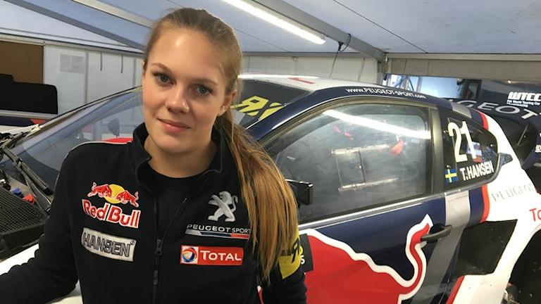 19-åriga Lisa Jonasson från Nykroppa i Värmland skruvar Timmy Hansens bil och är den enda kvinnliga mekanikern i hela rallycross-VM.